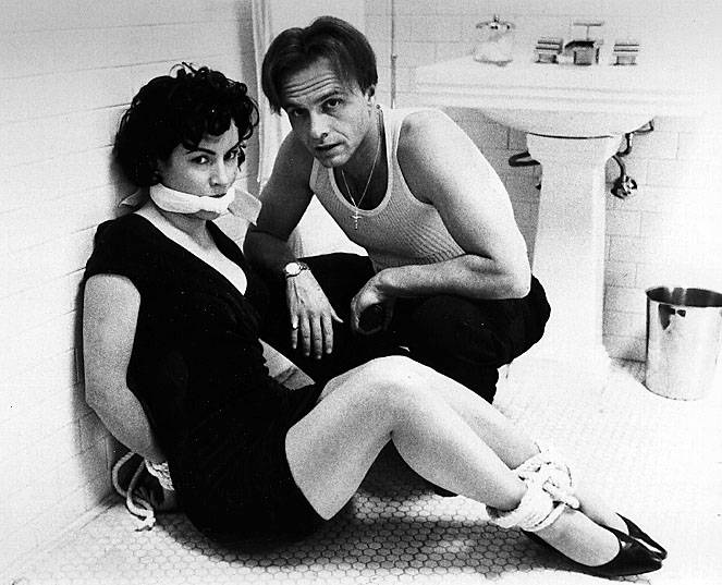 Jennifer Tilly and Joe Pantoliano in <em>Bound</em>